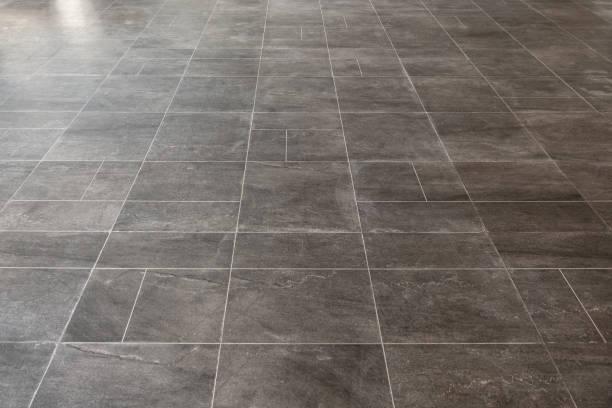 rechteckigen grauen marmor fliesen bodenbelag muster oberflächenstruktur. nahaufnahme der innenarchitektur dekoration hintergrund - fliesenboden stock-fotos und bilder