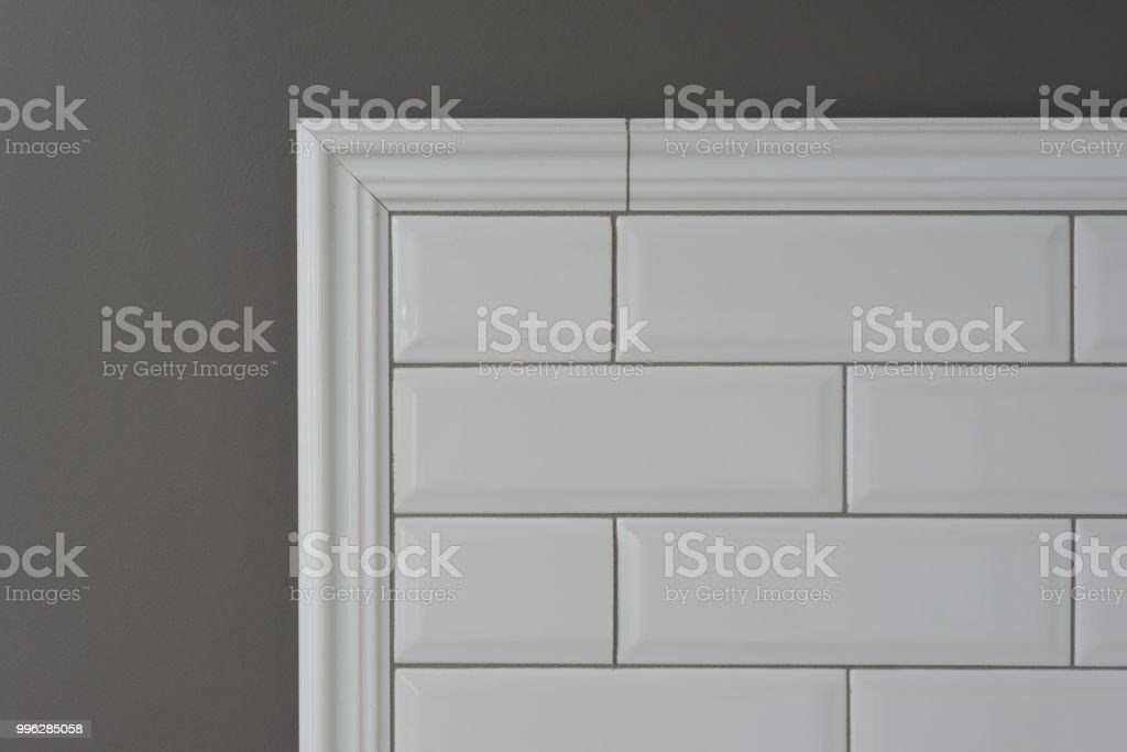 Photo de stock de Mur Peint De Gris Une Partie Du Mur Est Couvert De ...