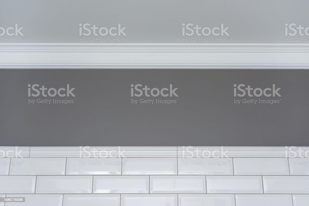 Moulure De Plafond Mur Blanc Peint De Gris Et Carreaux De Céramique