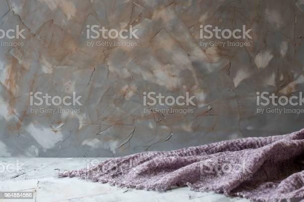 灰色破舊的混凝土背景與紫色板在桌子上copyspace 照片檔及更多 咖啡色 照片