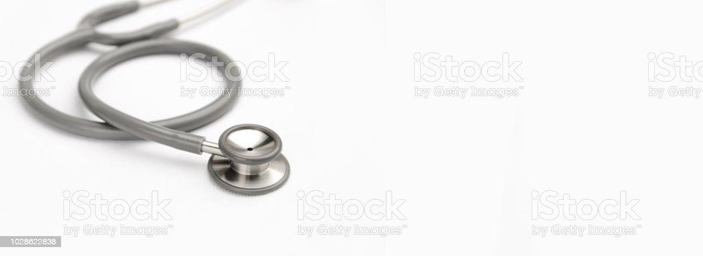 Graue Stethoskop Medizintechnik auf weiße Leinwand mit Textfreiraum. Instrumente-Gerät zum Arzt. Medizin-Konzept – Foto