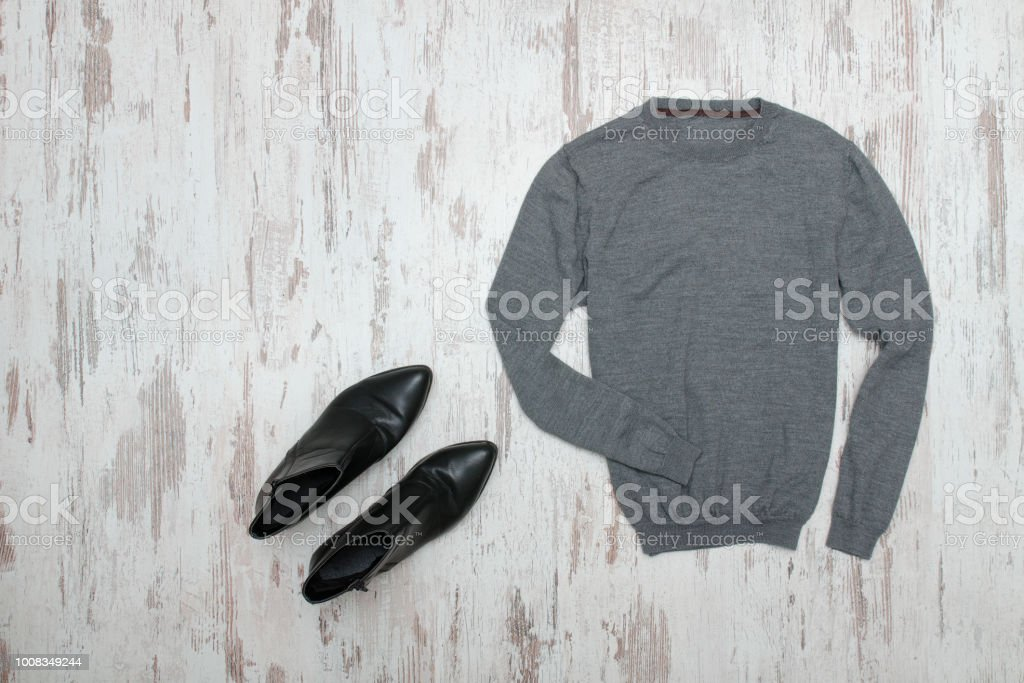 quality design 6d76d 8cfa6 Grauer Pullover Und Schwarze Schuhe Modekonzept Stockfoto und mehr Bilder  von Ausrüstung und Geräte