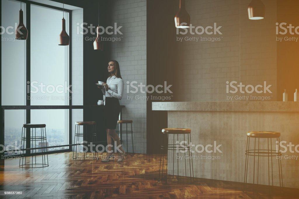 d33ae68ae53b Barra de la pared gris y café esquina, mujer foto de stock libre de derechos