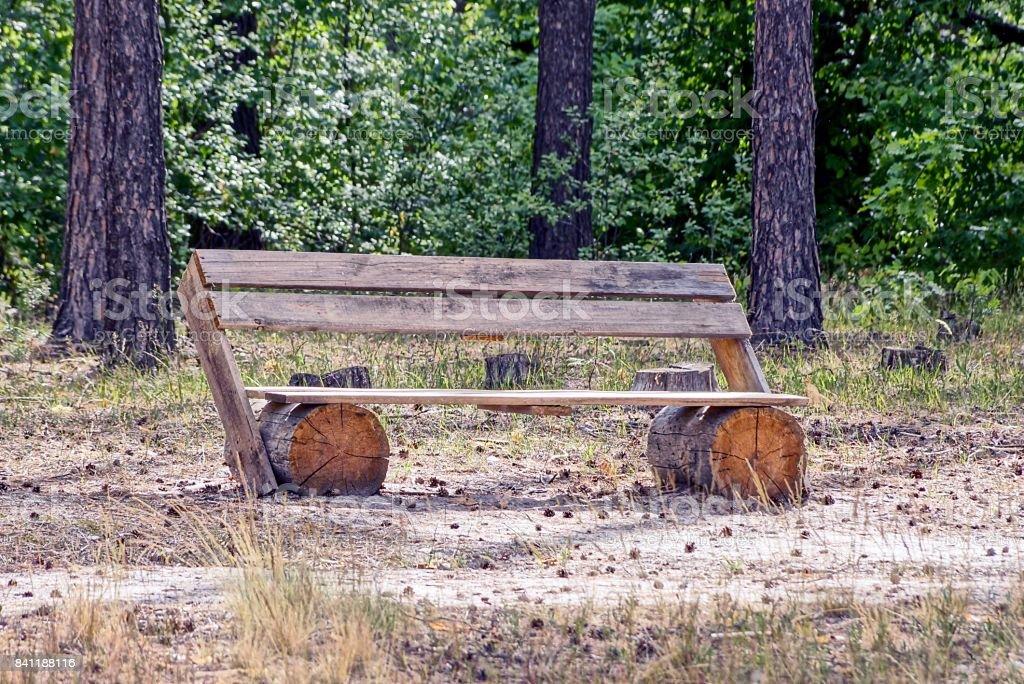 Houten Bankje Grijs.Een Grijs Houten Bankje Gemaakt Van Planken En Logboeken In Het Bos