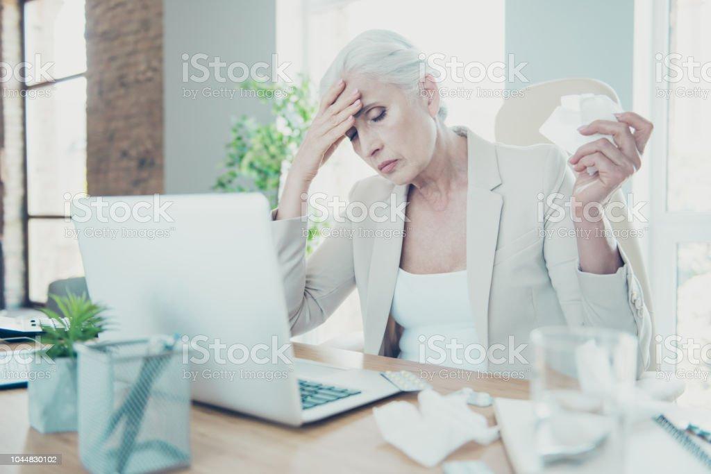 Grauhaarige schöne stilvolle Alter unglücklich traurige Frau executive Arbeiter sitzen im Büro, Niesen, Caughing am Arbeitsplatz Arbeitsplatz unter hohem Blutdruck leiden – Foto