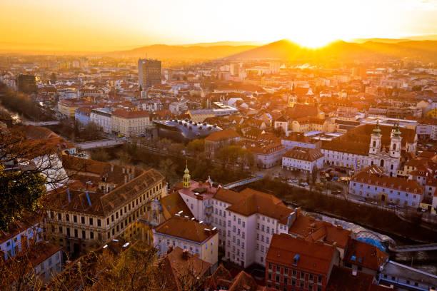 graz stadt zentrum luftbild bei brennenden sonnenuntergang, steiermark, österreich - stadt graz stock-fotos und bilder