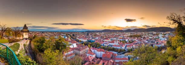 graz-dächer-panorama bei sonnenuntergang, graz, steiermark, österreich - stadt graz stock-fotos und bilder