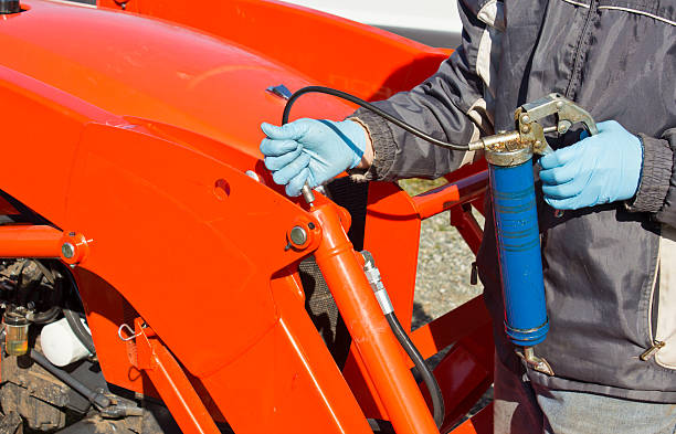 greasing tractor piston - smering stockfoto's en -beelden