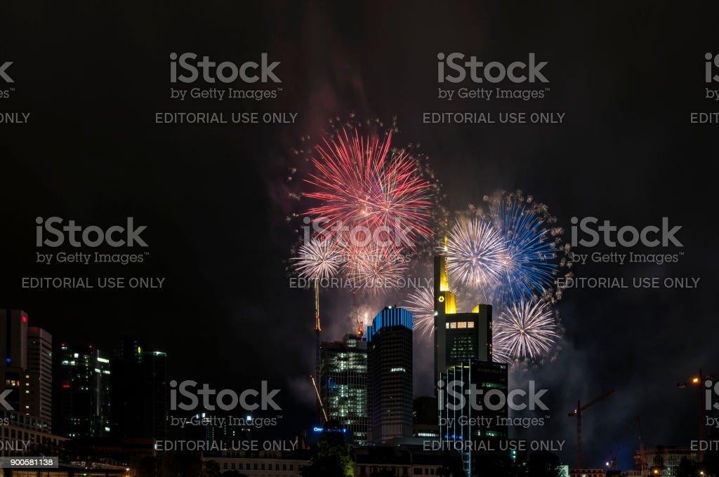 Großen und spektakulären Feuerwerk über die Wolkenkratzer von Frankfurt Am Main, Deutschland – Foto