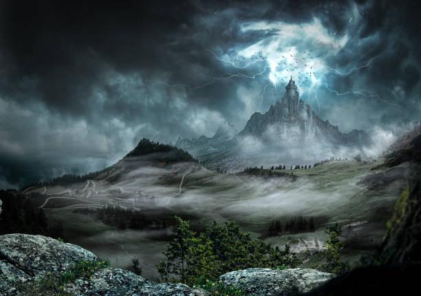 geweldig kasteel donker met sterke stralen en bliksem - kasteel stockfoto's en -beelden