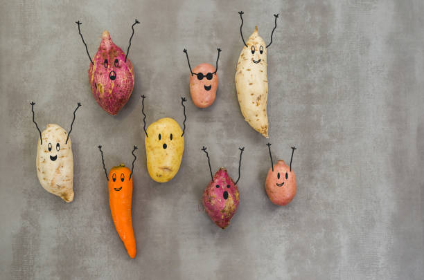 Gran concepto de comida sana, verduras con caras felices con los brazos arriba, Papa, batata, zanahoria. Fondo gris, hormigón pulido. - foto de stock