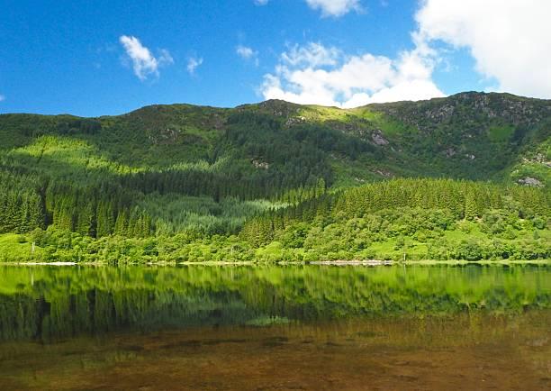 great lake , big mountain and reflection on blue sky background - haut lieu touristique national photos et images de collection