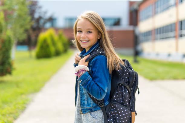 große porträt der schüler außerhalb der klassenzimmer tragetaschen - taschen von liebeskind stock-fotos und bilder