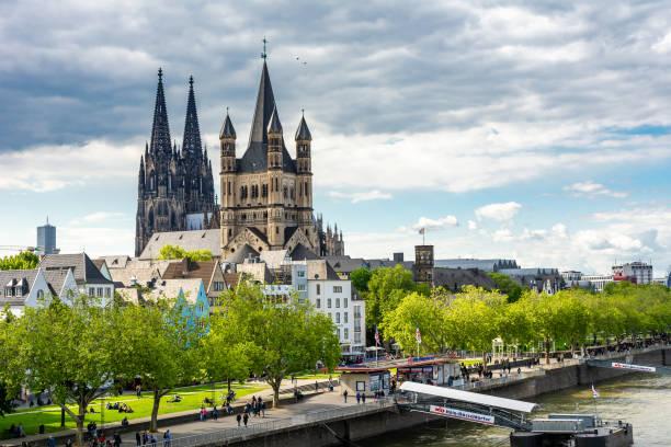 Große St. Martin-Kirche und Kölner Dom am Rhein – Foto