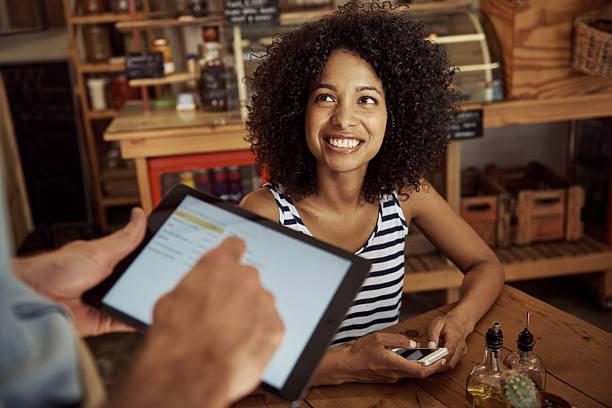 hervorragender service macht mich lächeln! - tablet mit displayinhalt stock-fotos und bilder