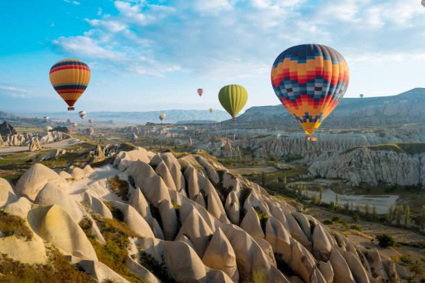 grote toeristische attractie van cappadocië hete luchtballon vlucht - aardpiramide stockfoto's en -beelden