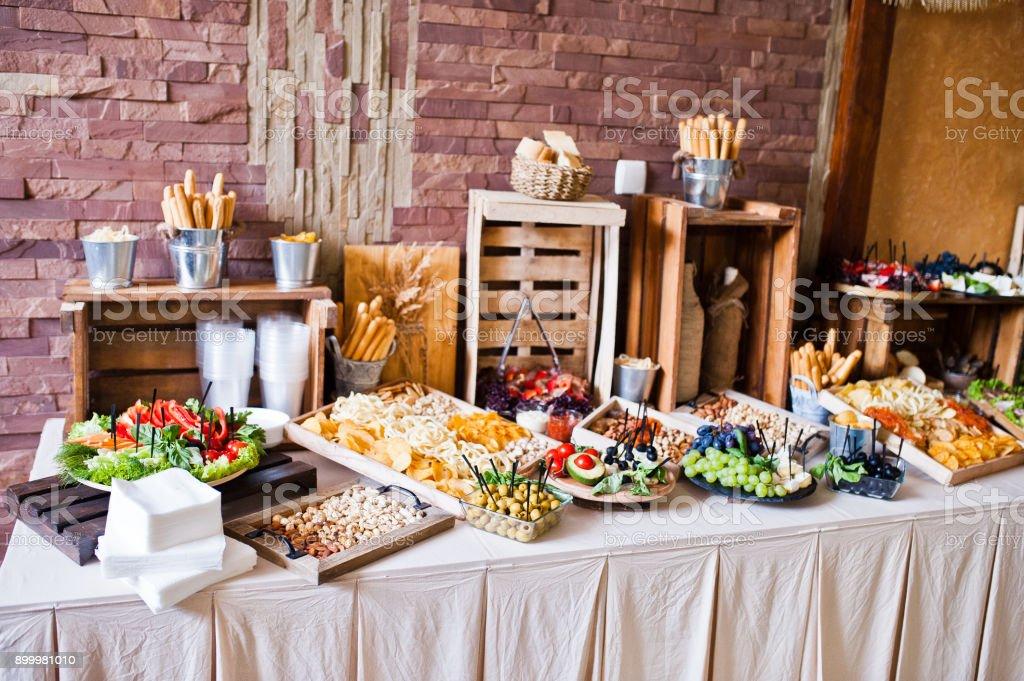 Große Auswahl an verschiedenen bunten Snacks auf der Hochzeit-Buffet. – Foto