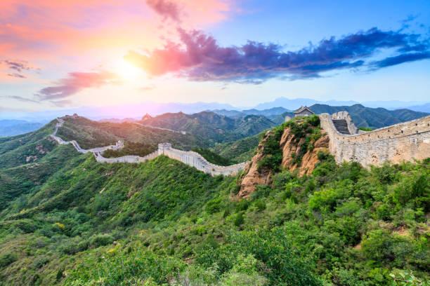 chinesische mauer im abschnitt jinshanling, sonnenuntergang landschaft - chinesische mauer stock-fotos und bilder