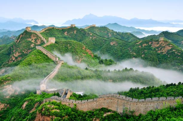 great wall of china in stratosphäre nebel, china - chinesische mauer stock-fotos und bilder