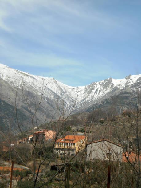 Gredos Mountain Range Total schneebedeckt mit Strahlen der Morgensonne in Cuacos De Yuste. – Foto