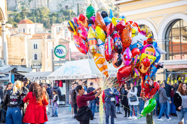 griechenland athen. ein haufen farbenfroher luftballons zum verkauf am monastiraki-platz - disney dekorationen stock-fotos und bilder