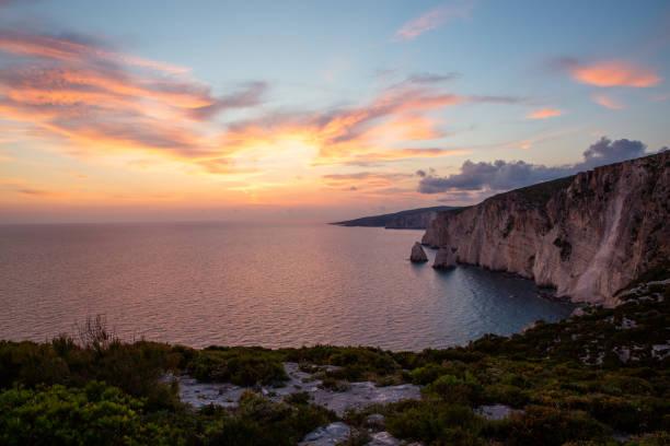 Griechenland, Zakynthos, Stilles Meerwasser neben riesigen Klippen an Inseln am Meer in der Nähe von Agalas – Foto