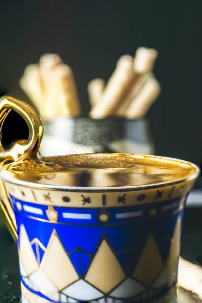 griechischer kaffee in einer dekorativen demitasse tasse - mokkatassen stock-fotos und bilder