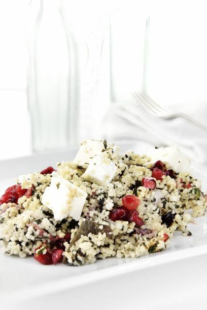 griechischer feta-couscous-salat - griechischer couscous salat stock-fotos und bilder