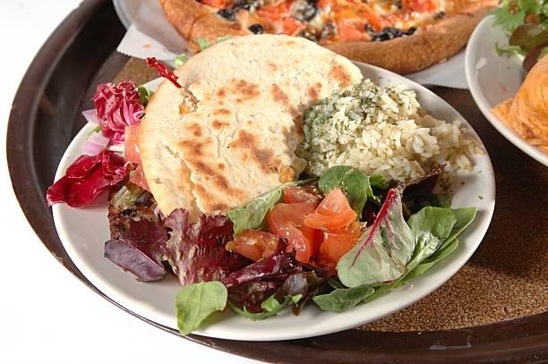 griechische essen - griechischer couscous salat stock-fotos und bilder