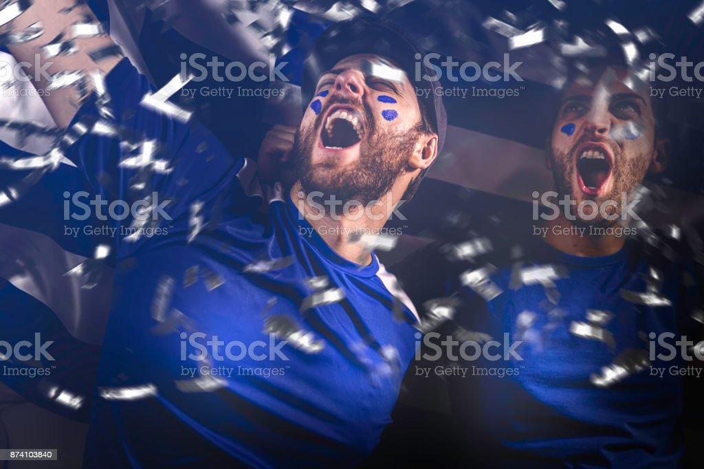 Amigos griegos celebrando sobre fondo blanco - foto de stock