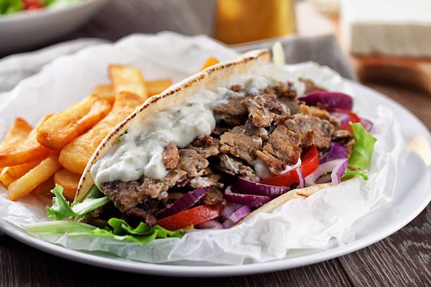 Griechische Gyros mit Pommes frites – Foto