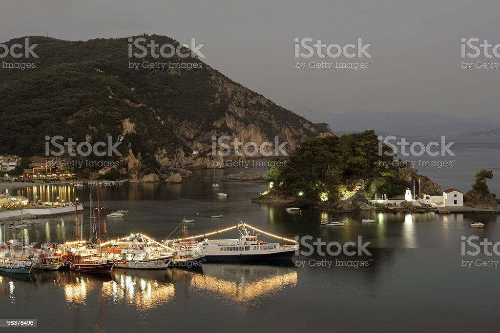 Greco Harbour (Parga) di notte foto stock royalty-free