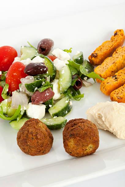 griechische humous-salat als vorspeise - griechischer couscous salat stock-fotos und bilder