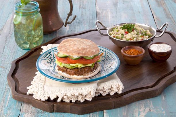 griechischer lamm-burger - griechischer couscous salat stock-fotos und bilder