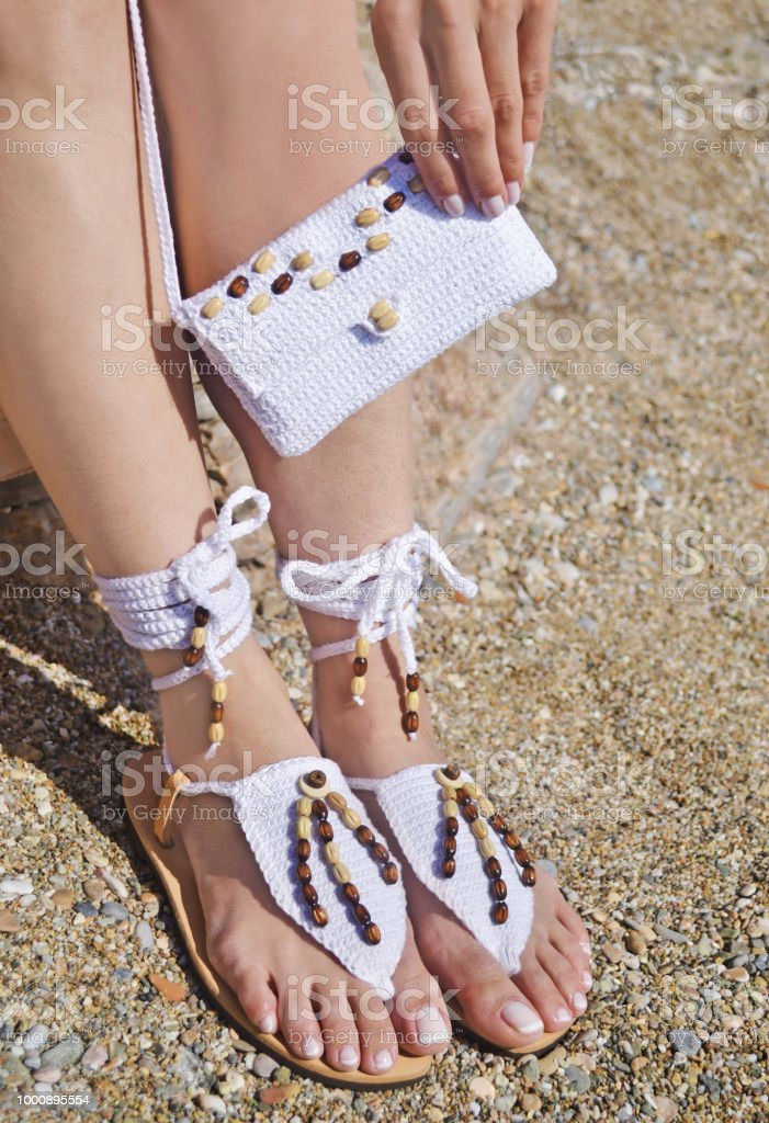 c56fc3e1a885c sandálias de couro grego e anúncio de saco de algodão branco na praia foto  royalty-