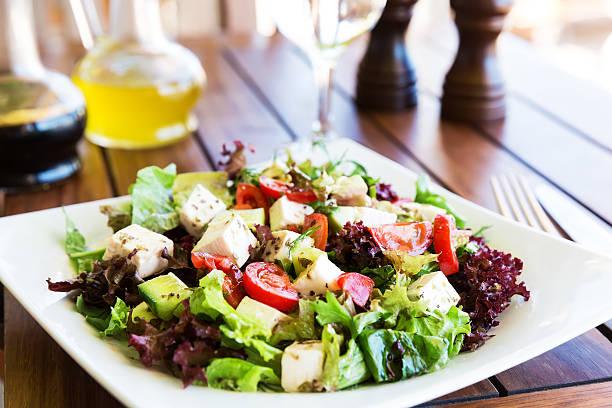 Griechische Mittelmeer-Salat mit feta-Käse, Tomaten und Paprika – Foto