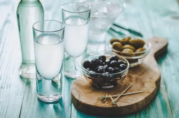 Griechisches Ouzo und Oliven – Foto