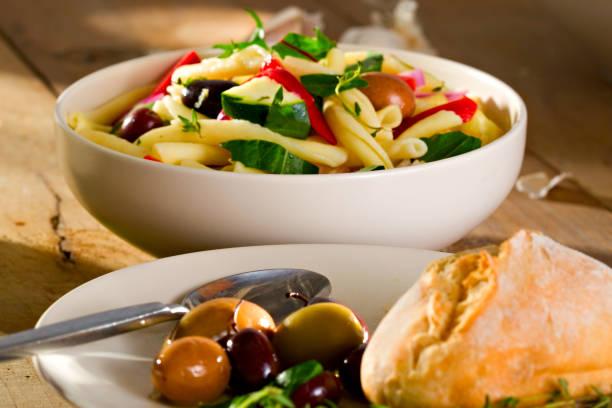 griechische pasta salad - pasta deli stock-fotos und bilder