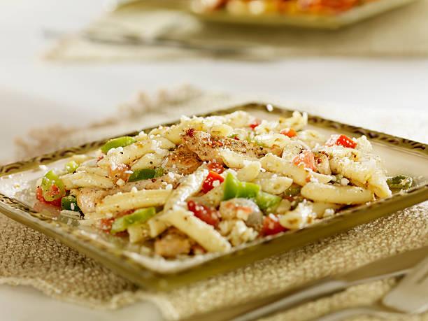 griechischer salat mit hähnchen vom grill, pasta - gesunde huhn pasta stock-fotos und bilder