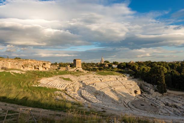 griechisch römische theater in syrakus - sizilien-italien - syrakus stock-fotos und bilder