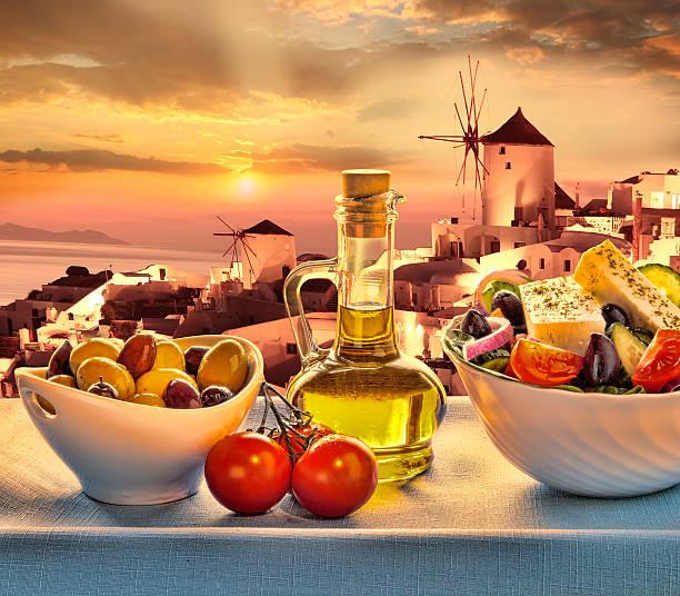 griechischer salat in santorin, griechenland - ägäische inseln stock-fotos und bilder
