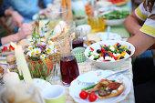 ギリシャ風サラダ、オリーブ、フェタチーズ、ピクニックテーブルでのお食事