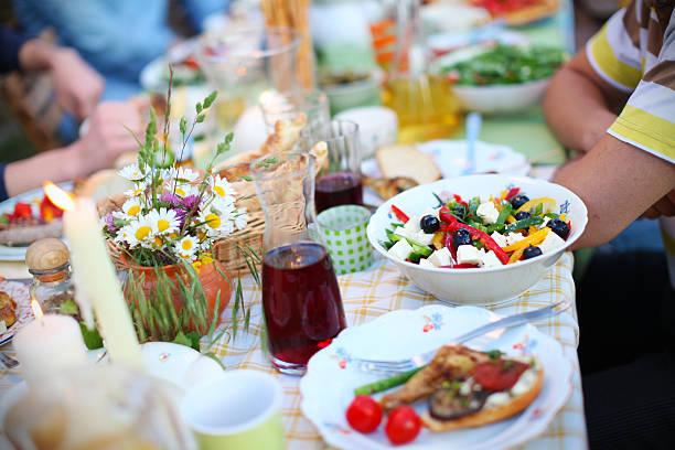 griechischer salat, oliven und feta-käse, picknick-tisch mit essen - käse wurst salat stock-fotos und bilder
