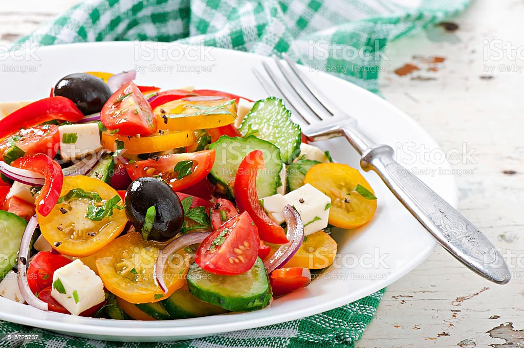 Ensalada griega con queso feta y tomates cherry y de aceitunas negro foto de stock libre de derechos