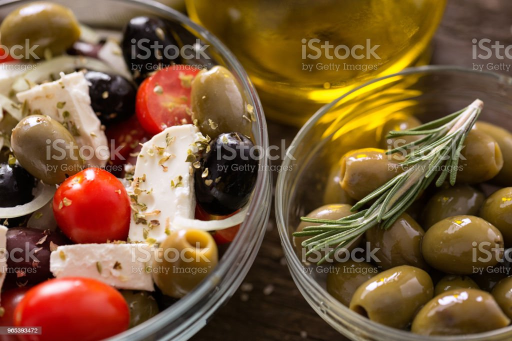 Greek salad with fresh vegetables, feta cheese and green olives wooden table zbiór zdjęć royalty-free