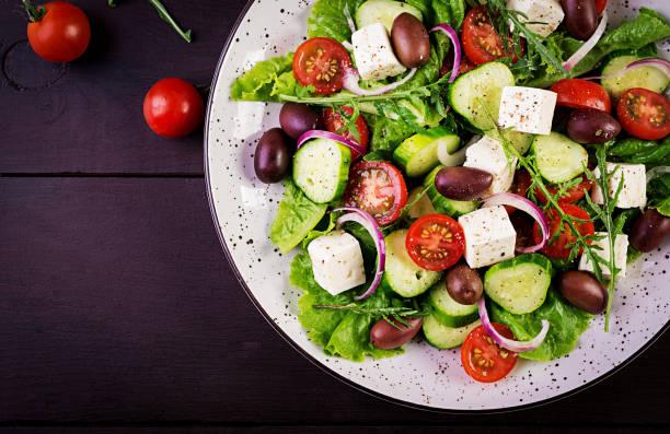 griekse salade met verse groenten, feta kaas en kalamata olijven. gezonde voeding. top view - salade stockfoto's en -beelden