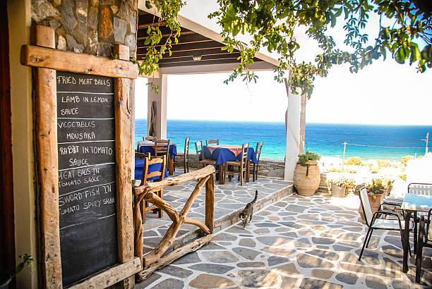 griechische taverne mit ausblick - kochinsel stock-fotos und bilder