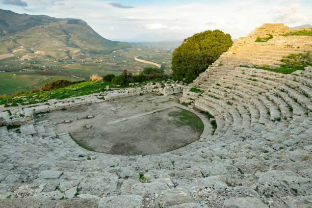 griechische theater von segesta, ruinen der alten denkmal, sizilien - syrakus stock-fotos und bilder