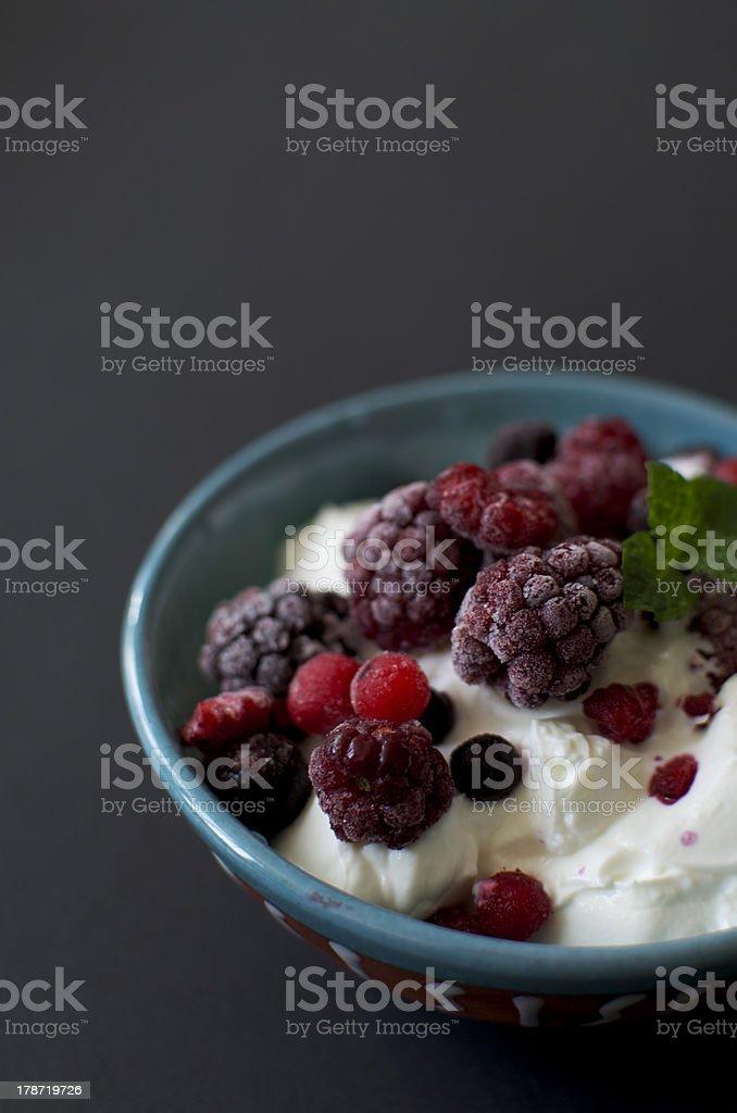 Griechischer Joghurt mit Beeren-mix – Foto