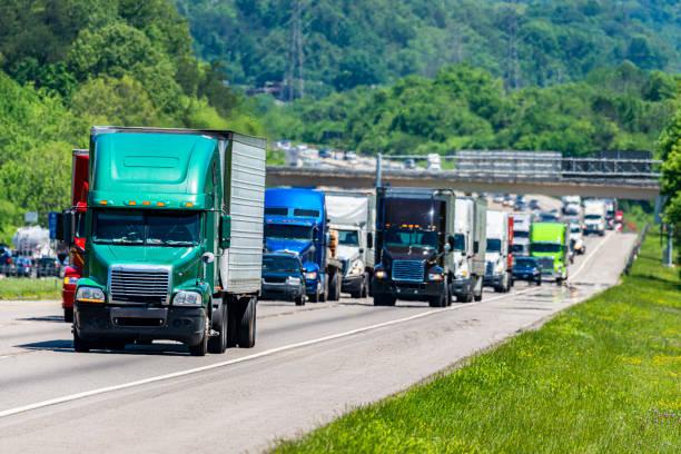 Green 18-Wheeler führt schweren Autobahnverkehr – Foto